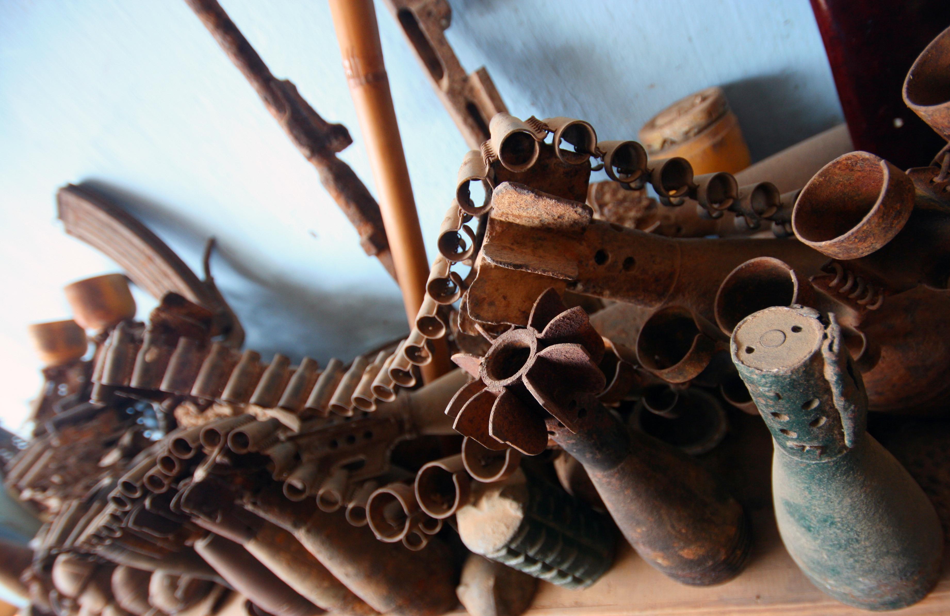 Visitar la exposición sobre la munición no explotada en el país - Laos Gran Viaje Laos y Vietnam