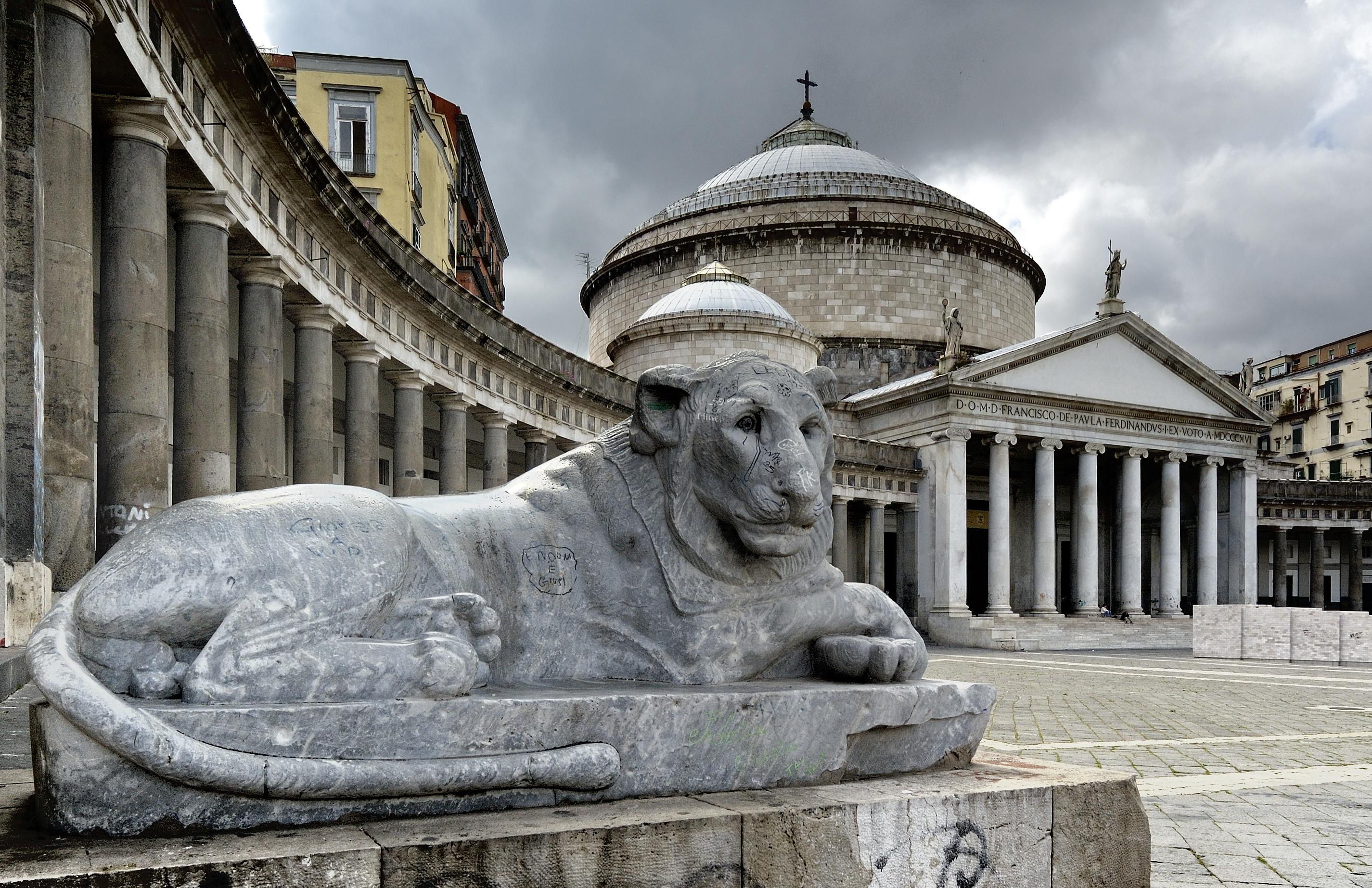 Una superstición entre los monumentos más famosos de Nápoles - Italia Circuito Italia Clásica: de Milán a Roma