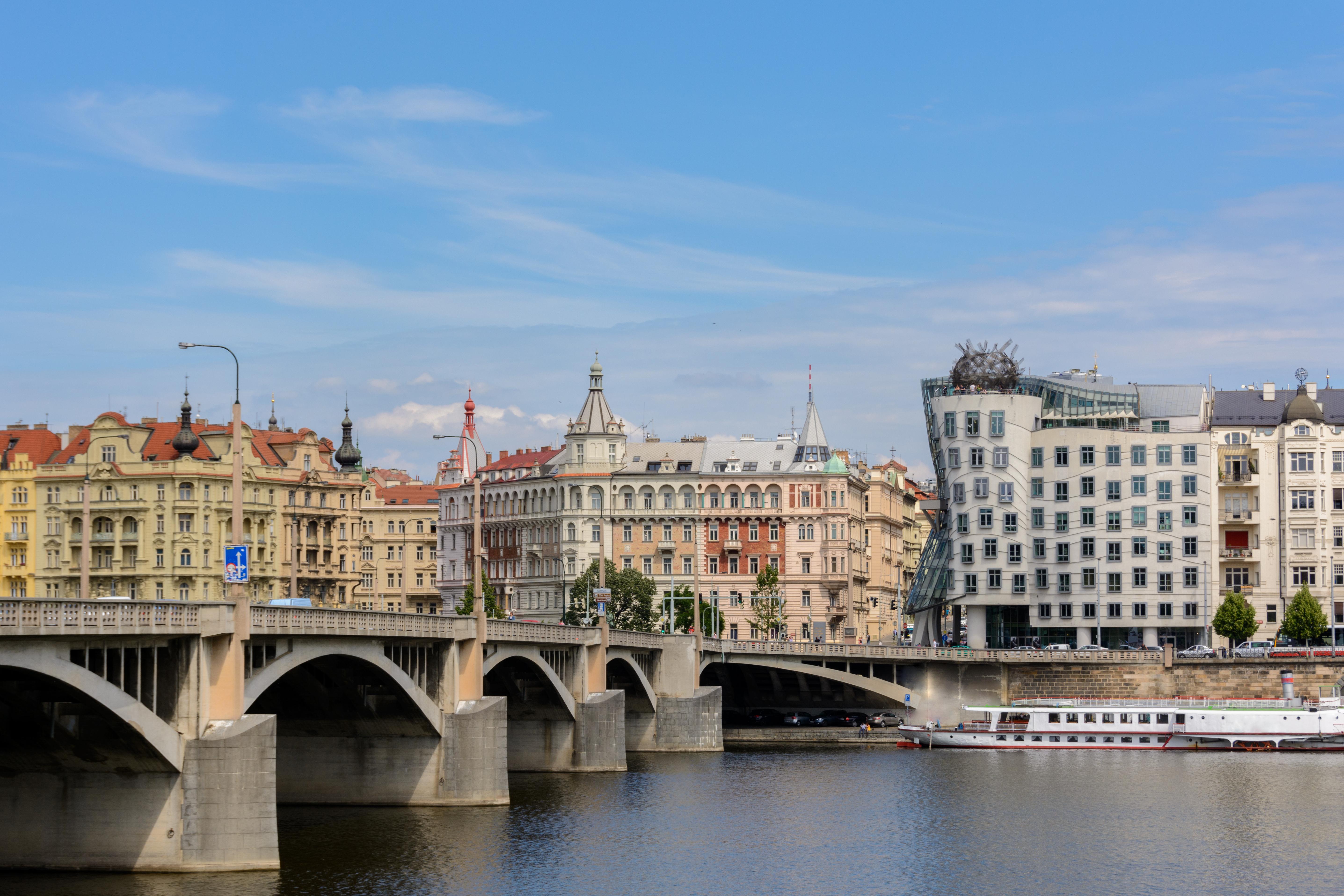 Sorpréndete con la Casa Danzante, símbolo de la cara más contemporánea de Praga - Austria Circuito Capitales Imperiales: de Viena a Praga