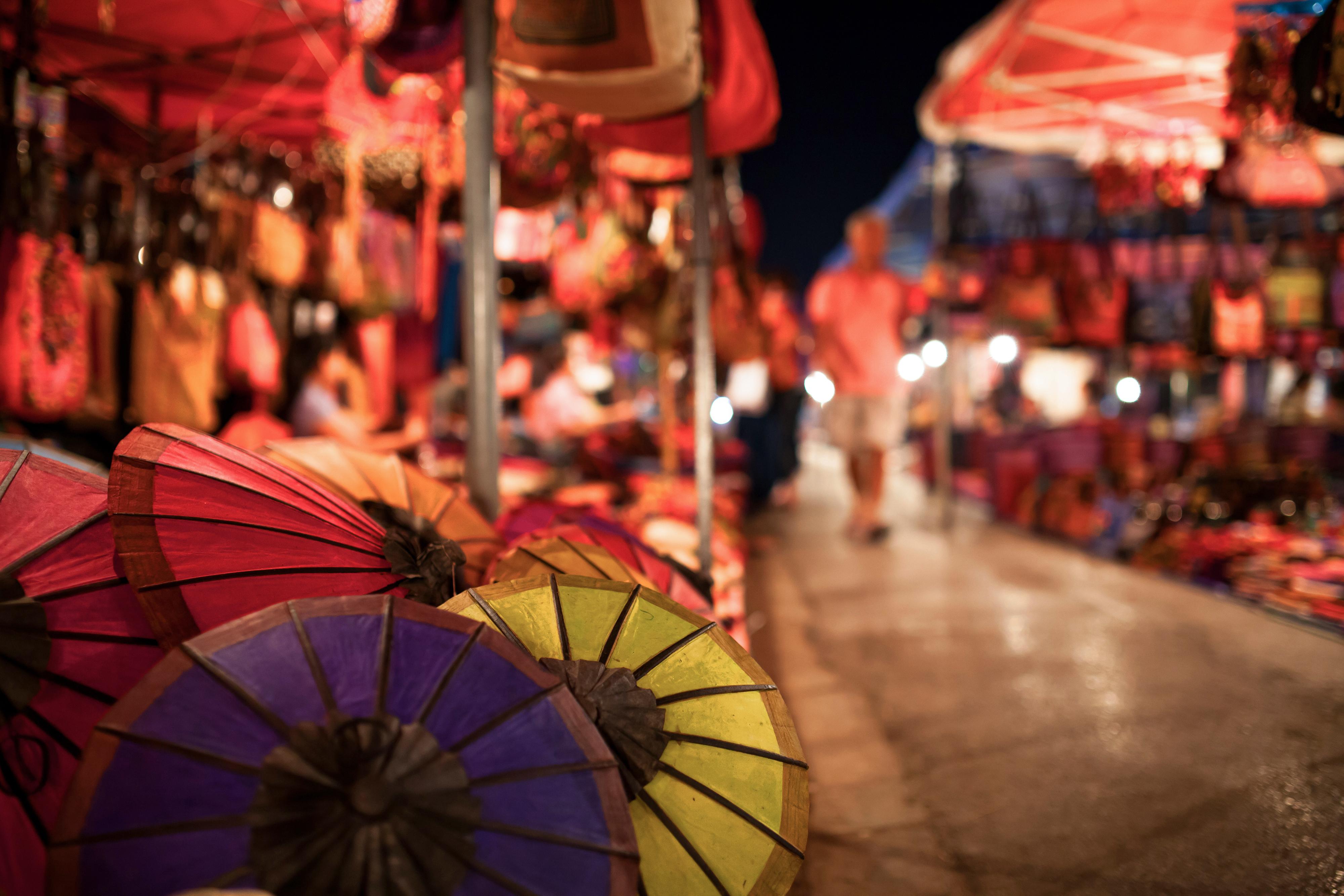 Comprar en el mercadillo nocturno de Luang Prabang - Laos Gran Viaje Laos y Vietnam