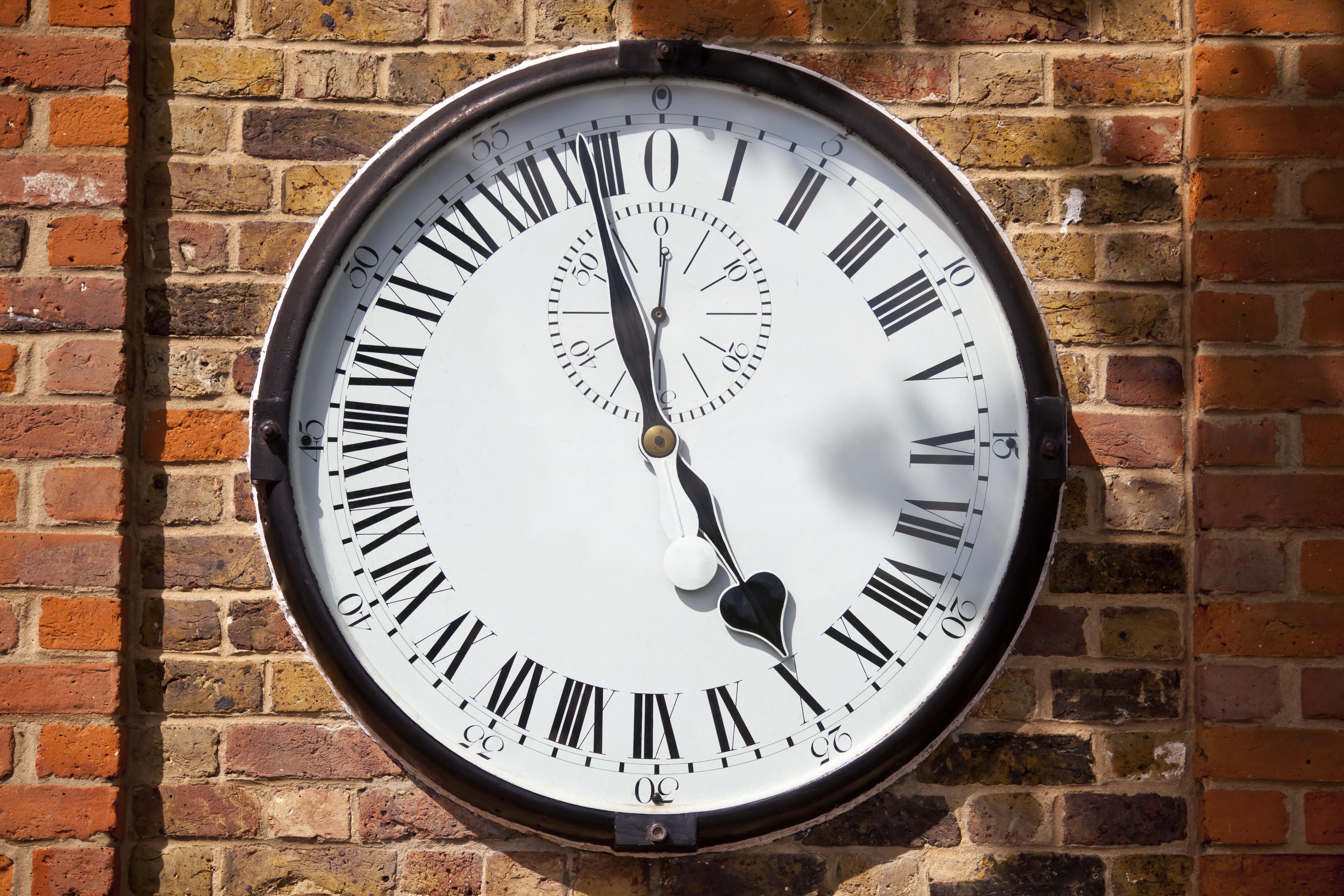 Cambiar la hora en el kilómetro cero del tiempo - Inglaterra Circuito Londres, Bruselas y Ámsterdam