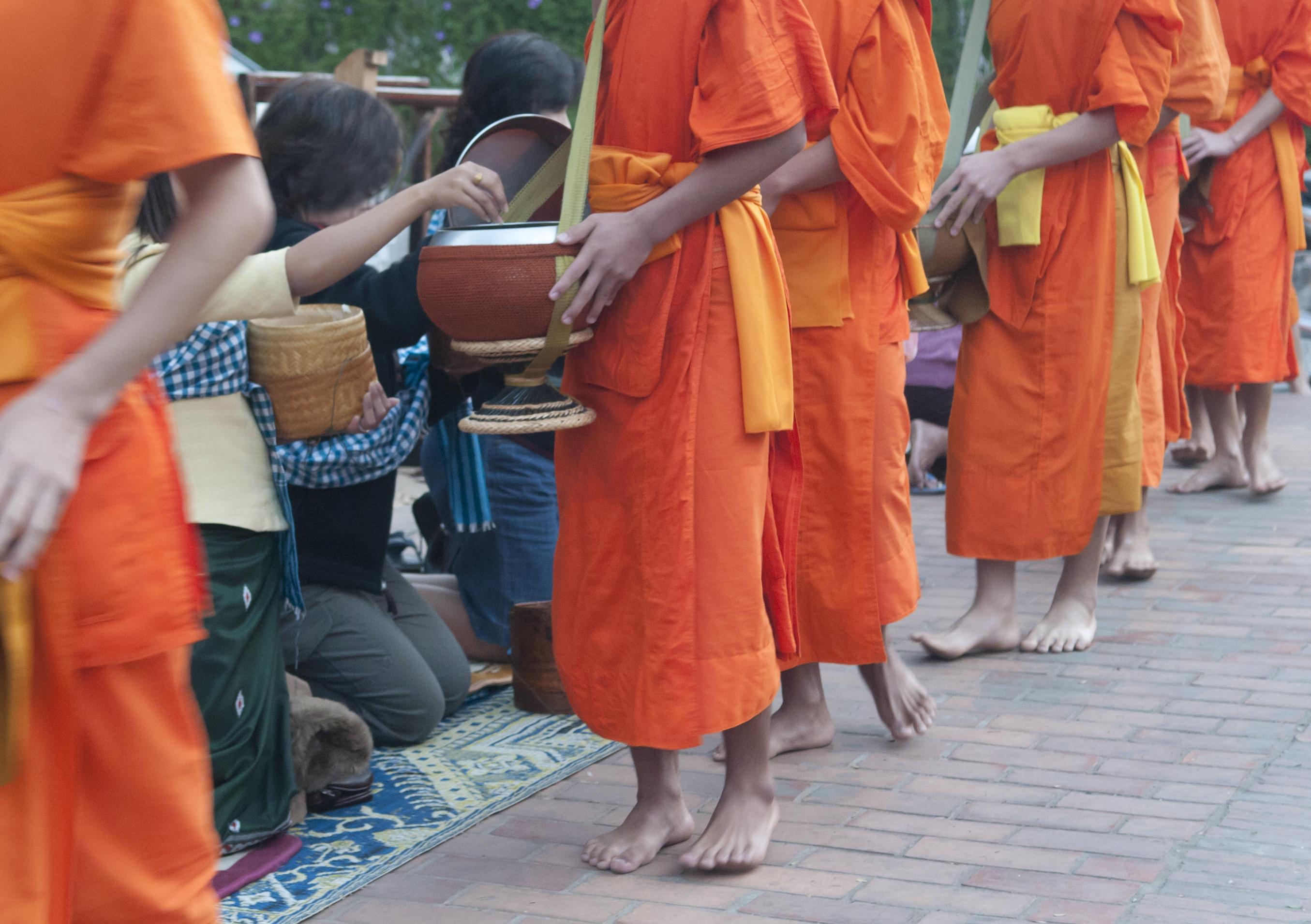 Participar en el ritual de entrega de limosna a los monjes - Vietnam Gran Viaje Gran Tour de Indochina