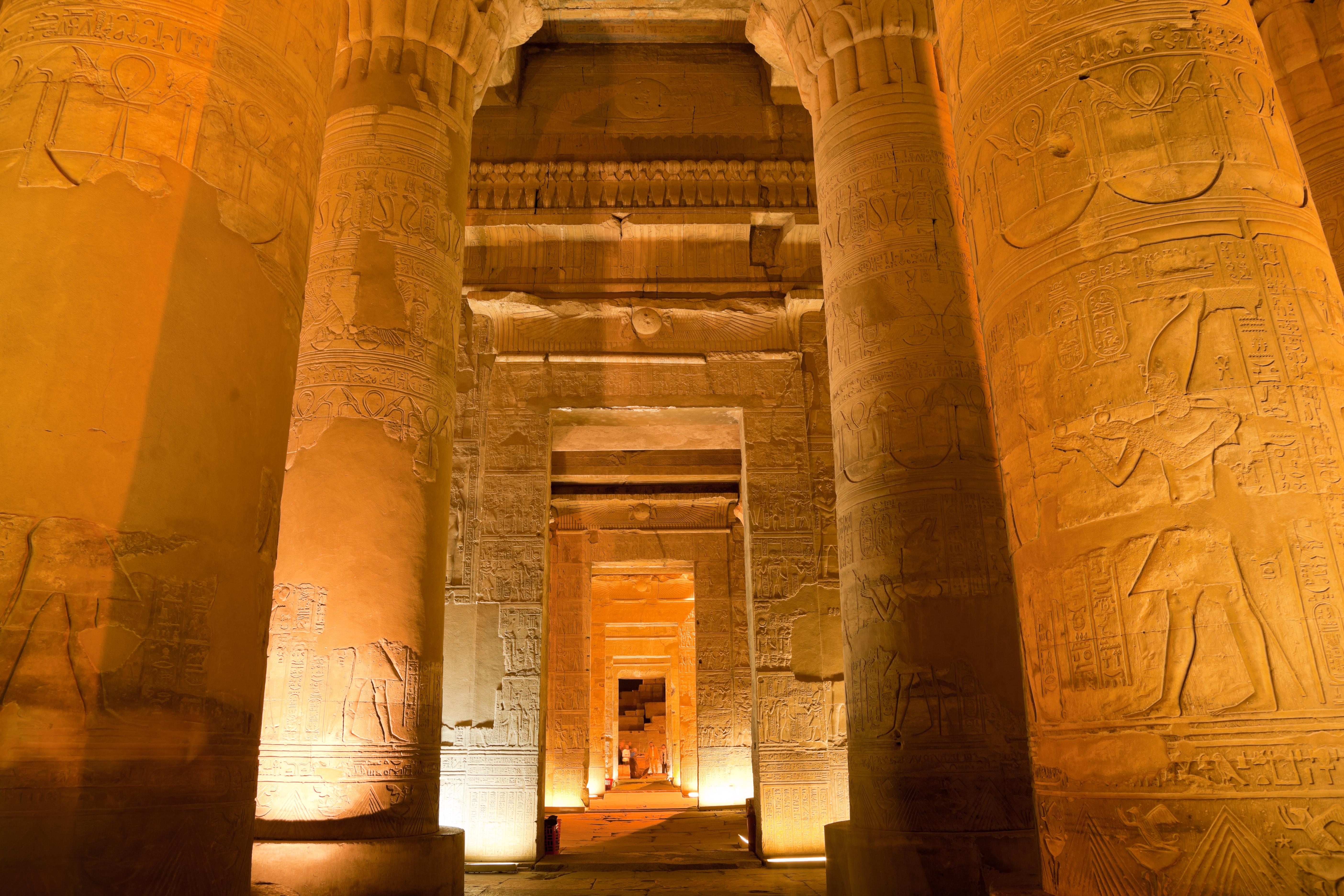 En el interior del Templo de Kom Ombo - Egipto Circuito Heket y Mar Rojo