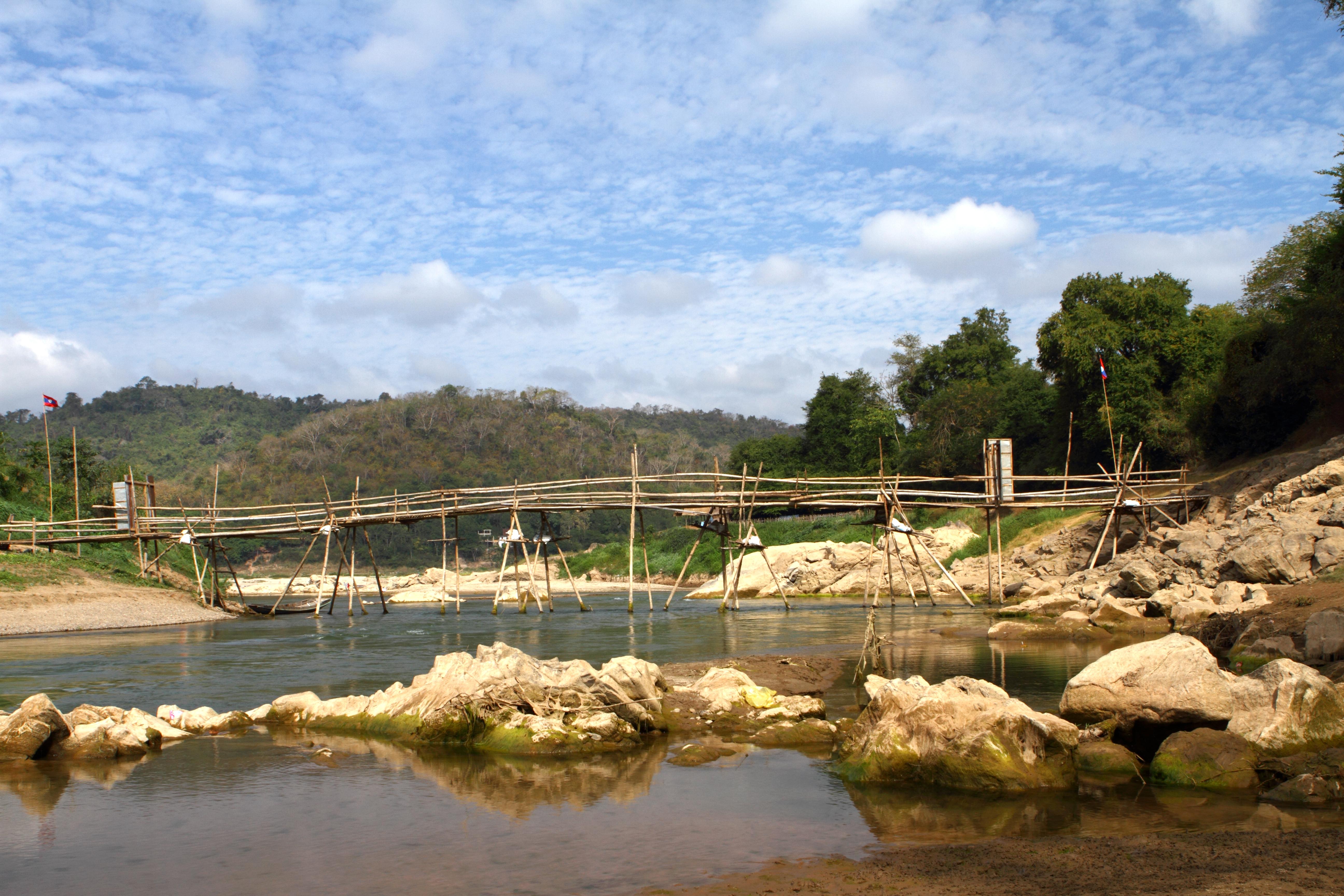 Cruzar los puentes de bambú sobre el río Nam Khan - Laos Gran Viaje Laos y Vietnam