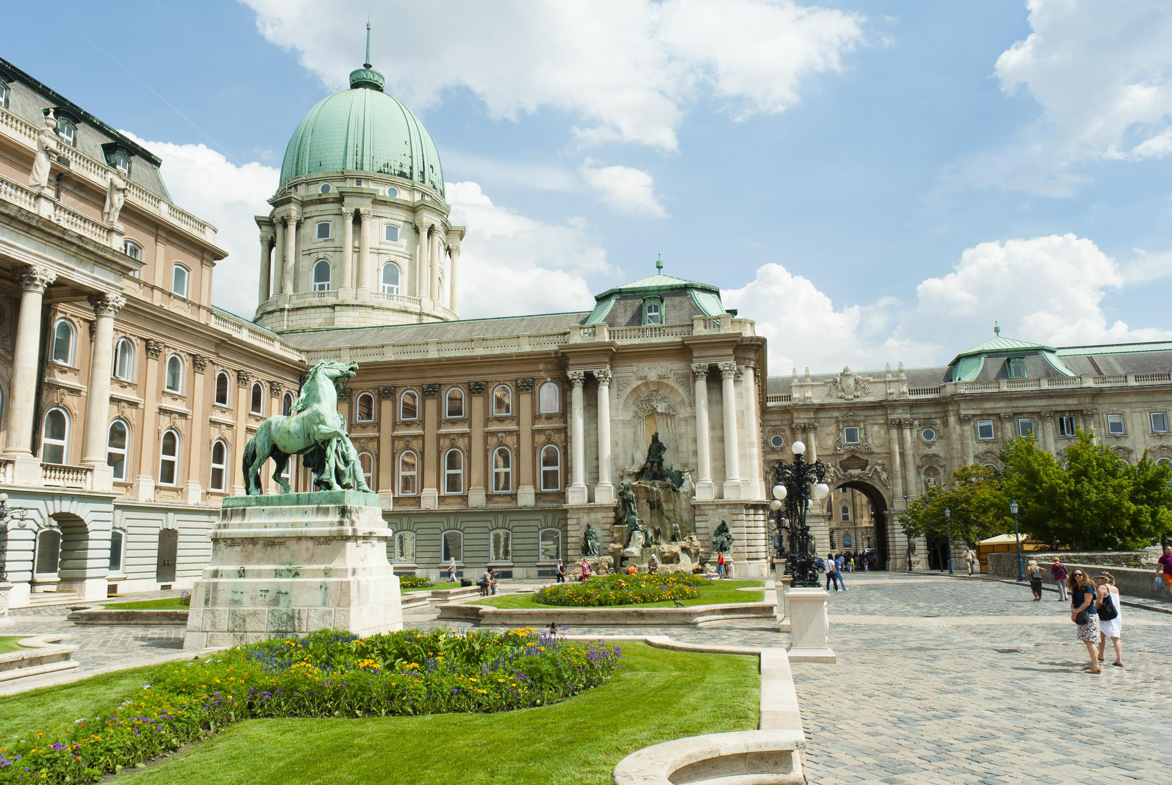 El Castillo de Buda, la fortificación centenaria que se eleva sobre el Danubio - Hungría Circuito Budapest y Praga