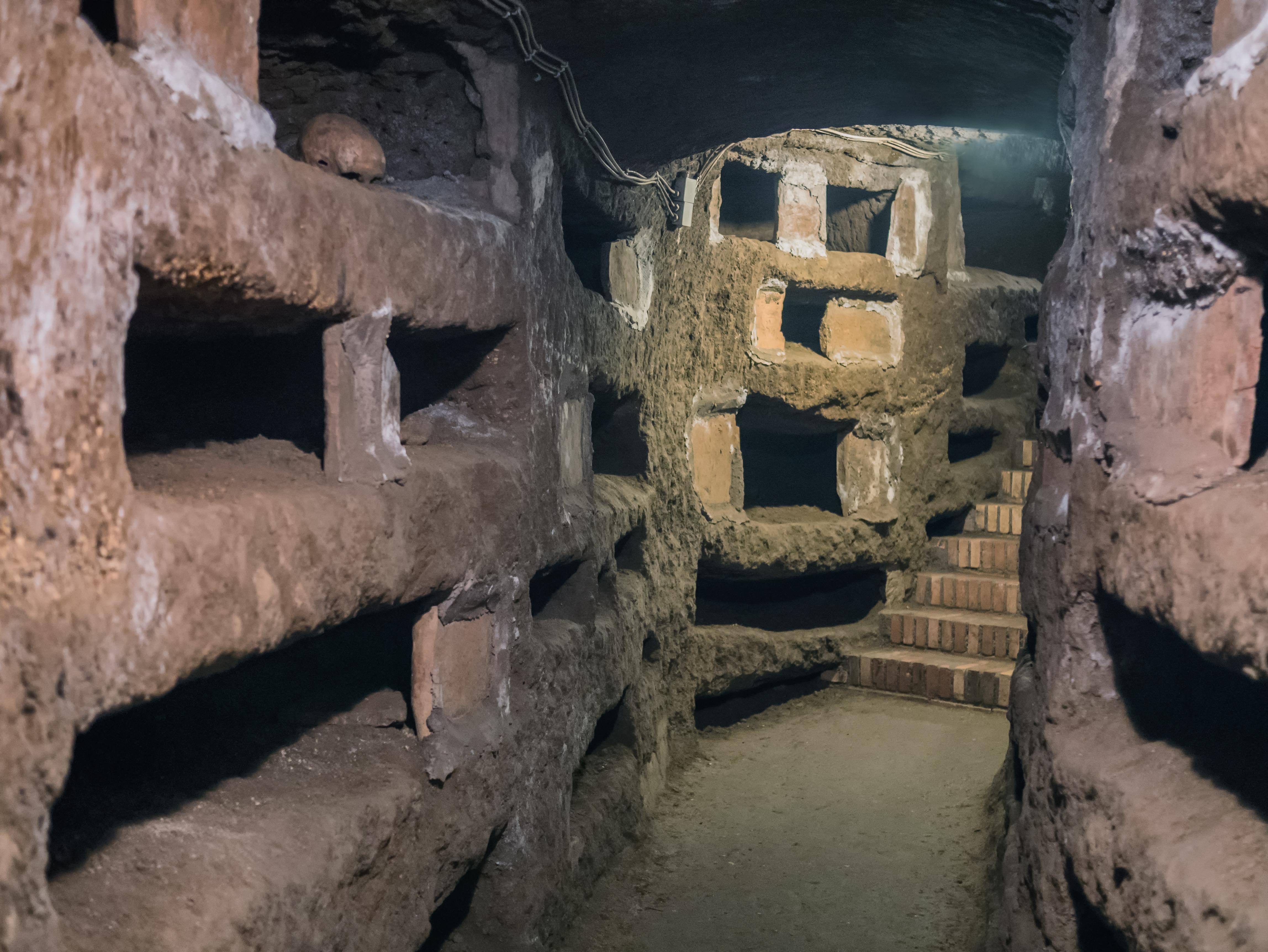 Descubre las catacumbas escondidas bajo el suelo romano - Italia Circuito Italia Clásica I y Costa Azul