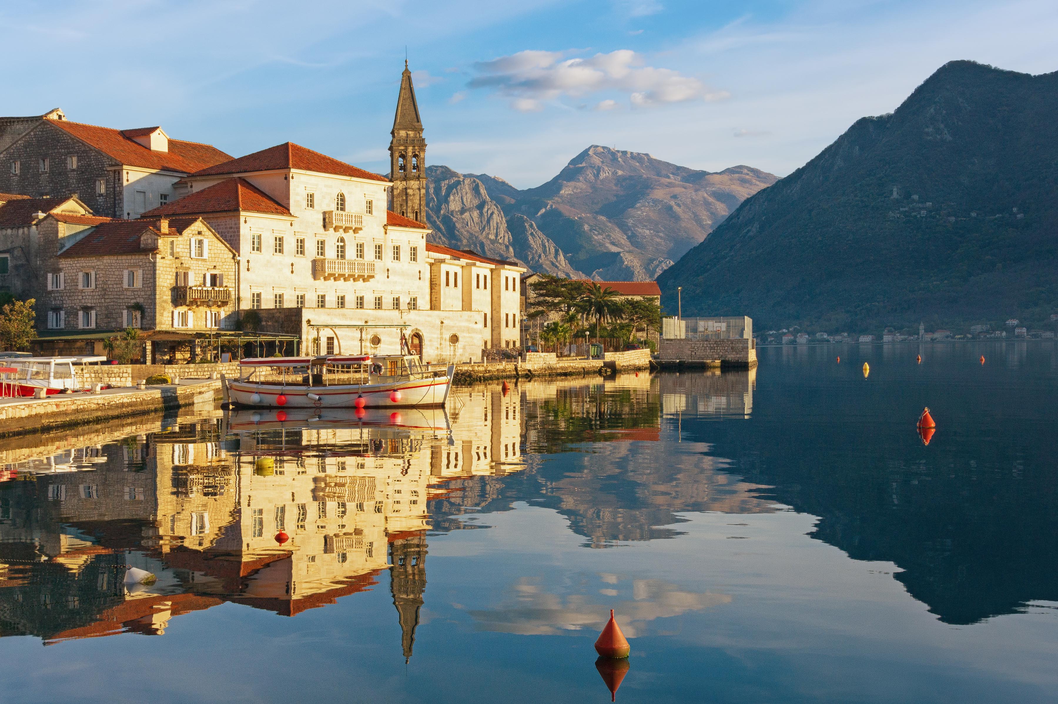 Una pequeña isla artificial con un santuario en honor a la virgen María nos espera en Perast - Croacia Circuito Gran tour de Croacia e Istria