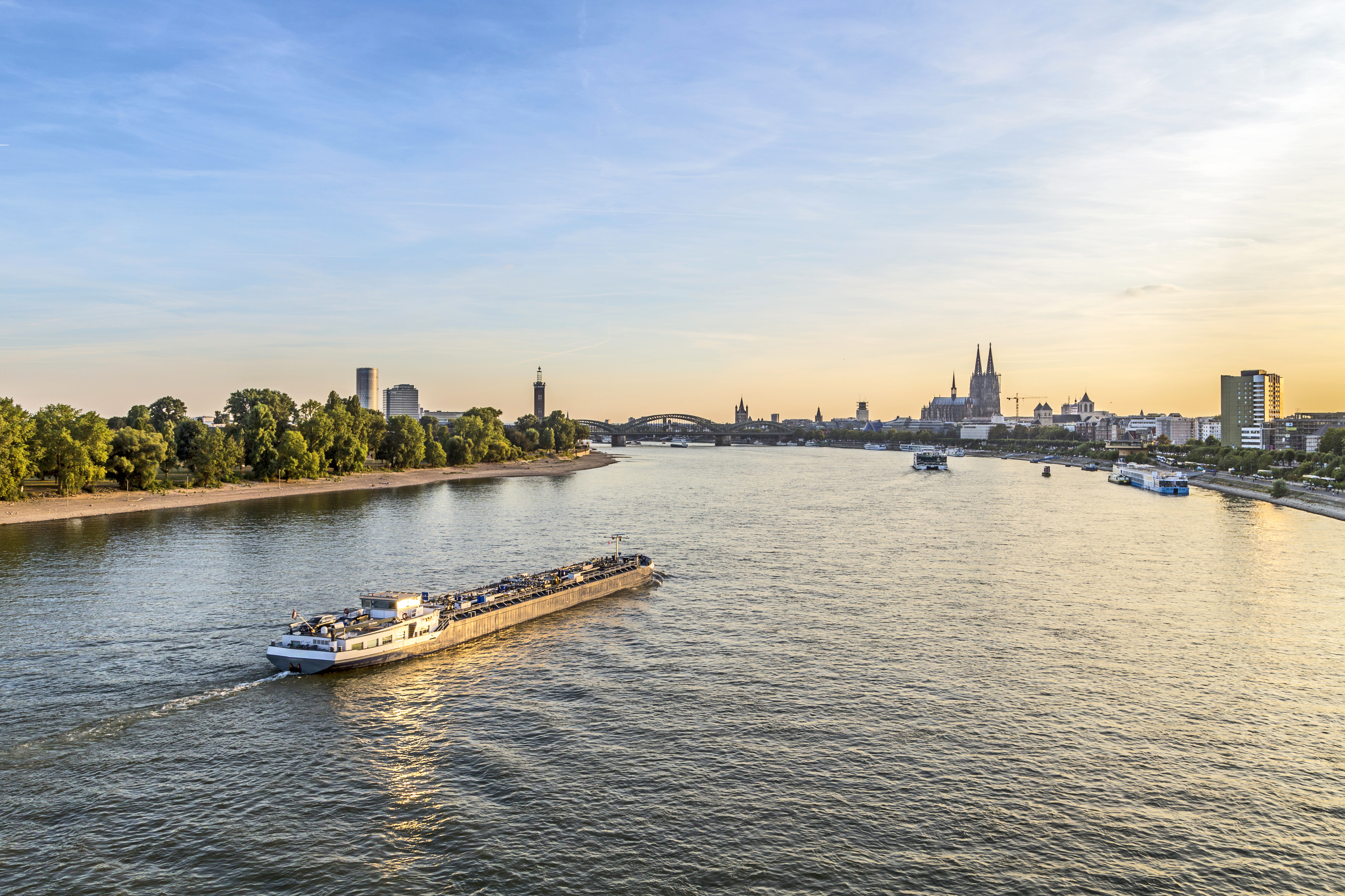Colonia en la orilla del río Rin - Holanda Circuito Ámsterdam, el Rhin y París