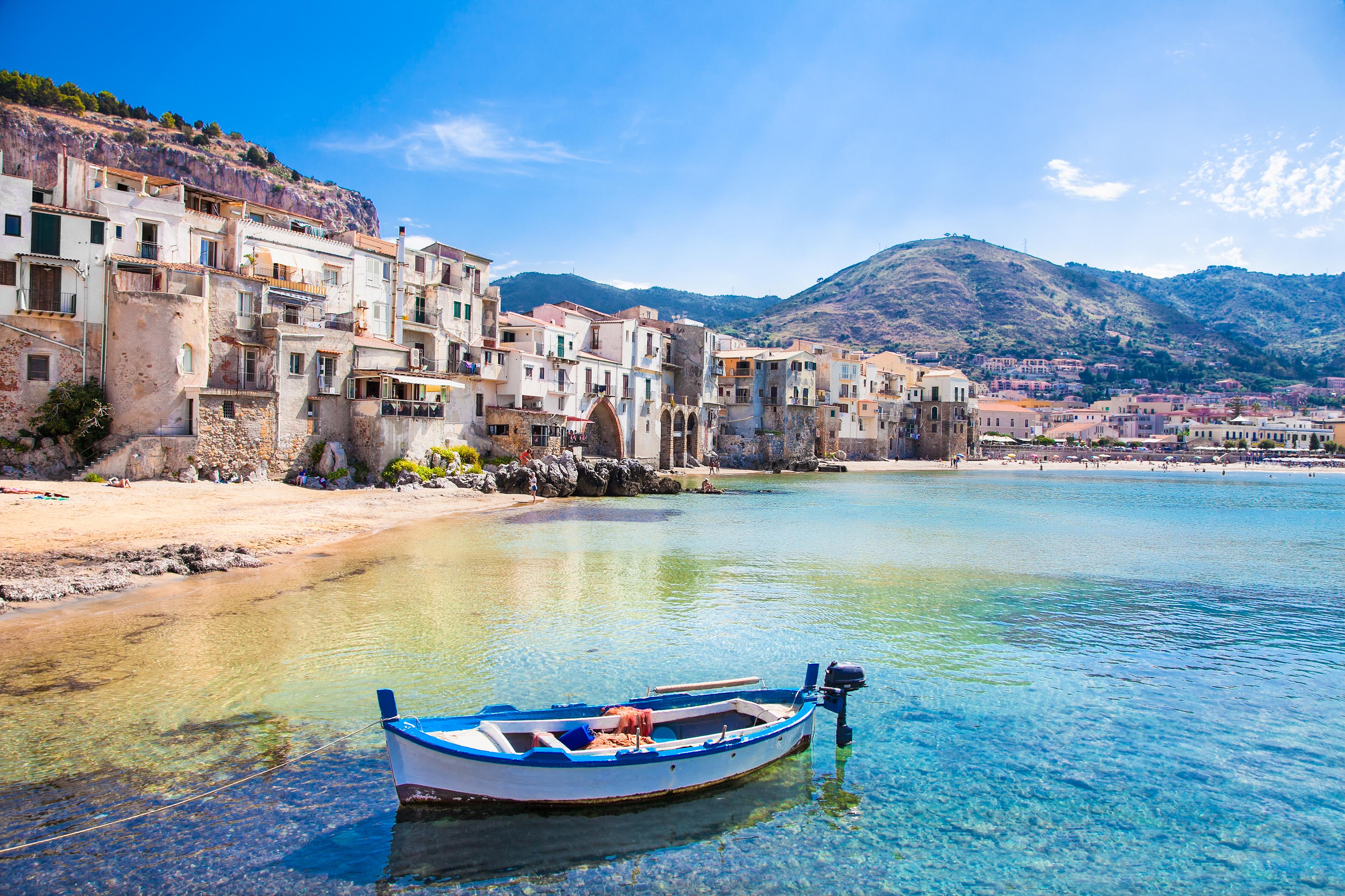 Disfruta del sol y el mar en las bellas playas de Cefalú - Italia Circuito Sicilia Clásica y Nápoles