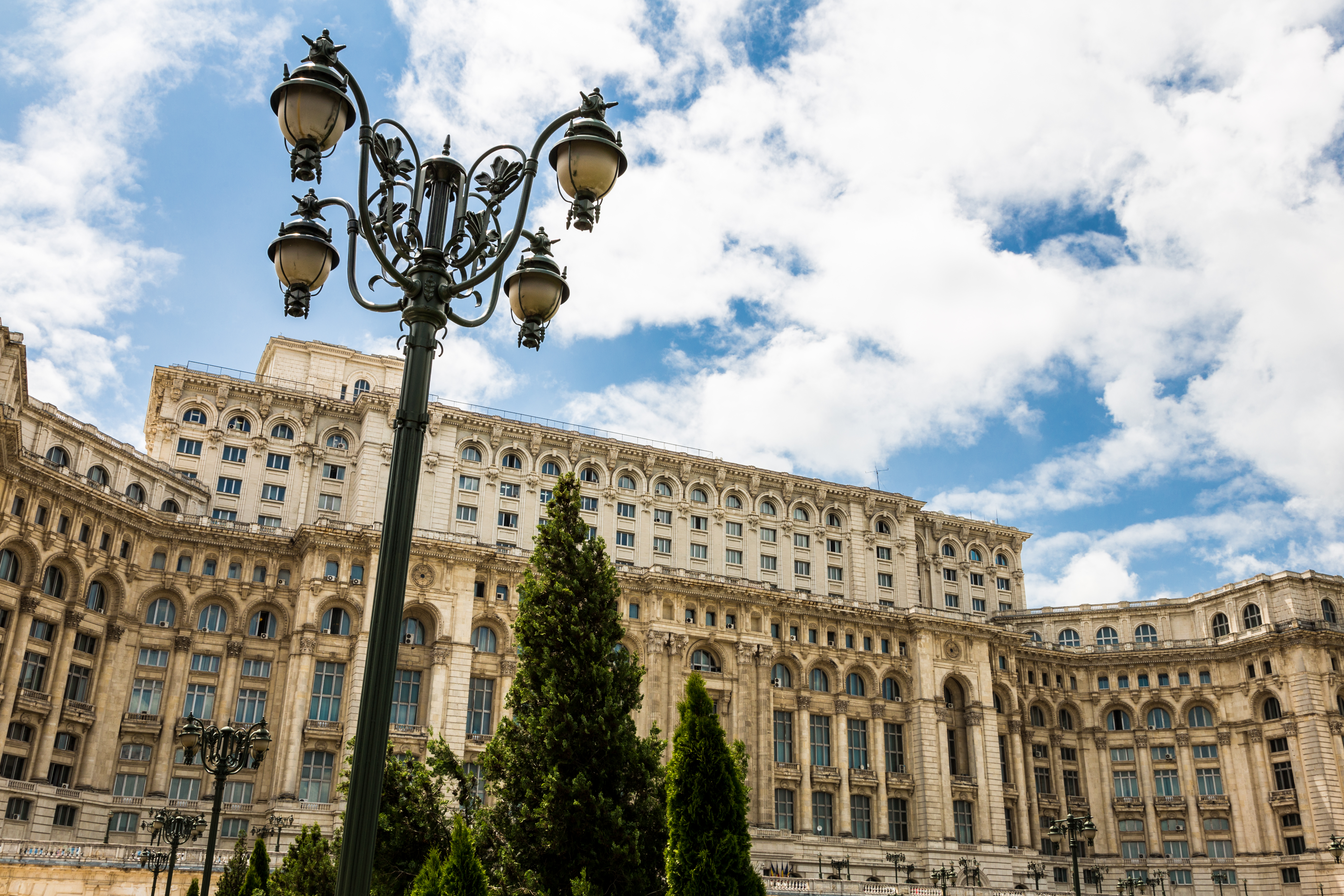 Una visita al mastodóntico Palacio del parlamento ideado por Ceausescu - Rumanía Circuito Lo mejor de Rumanía y Bulgaria