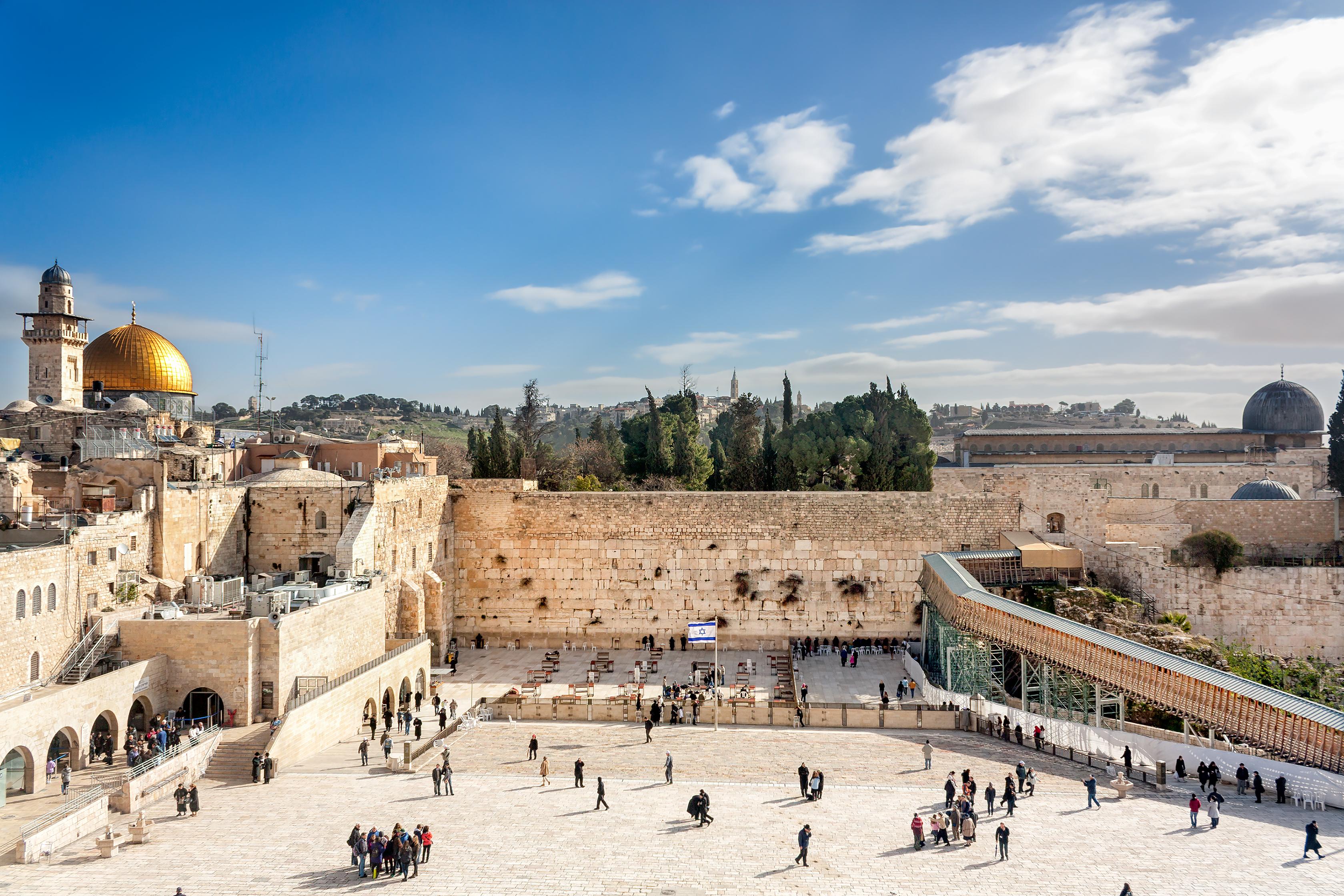 Medita frente al Muro de las Lamentaciones - Israel Circuito Recorriendo Israel