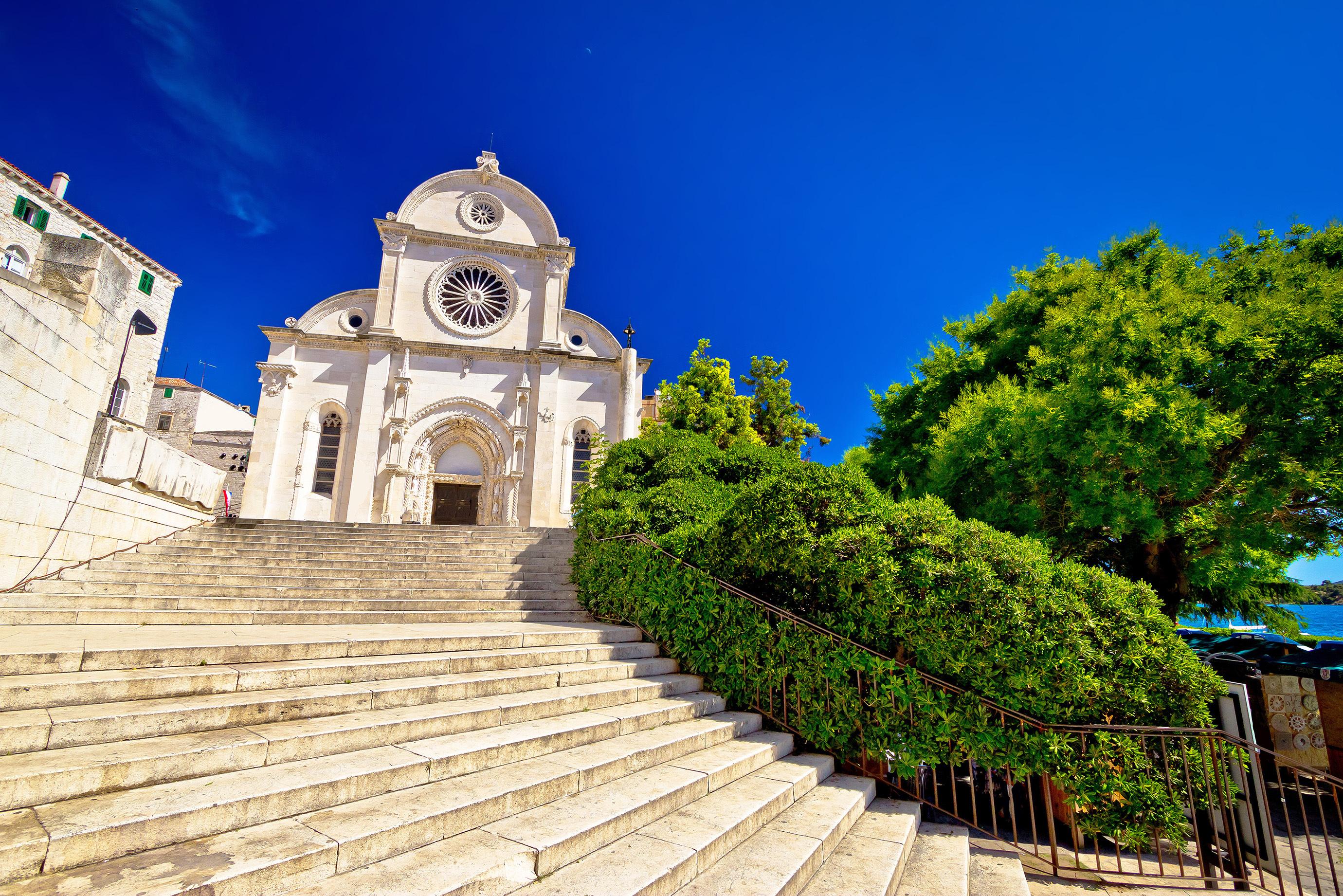 Contempla la única catedral de Europa hecha solamente de piedra - Croacia Circuito Croacia y Eslovenia